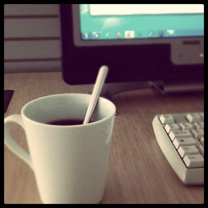 Spravte si dobrú kávičku a hľadajte na internete rôzne kurzy, pracovné pobyty a vzdelávajte sa.