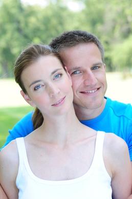 Mladý pár s úsmevom