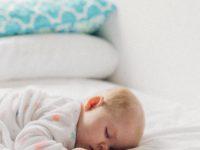 Detská postieľka má vyhovovať aj rodičom